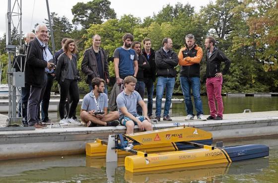 Le catamaran électrique des étudiants de l'Ecole central de Nantes en démonstration sur l'Erdre