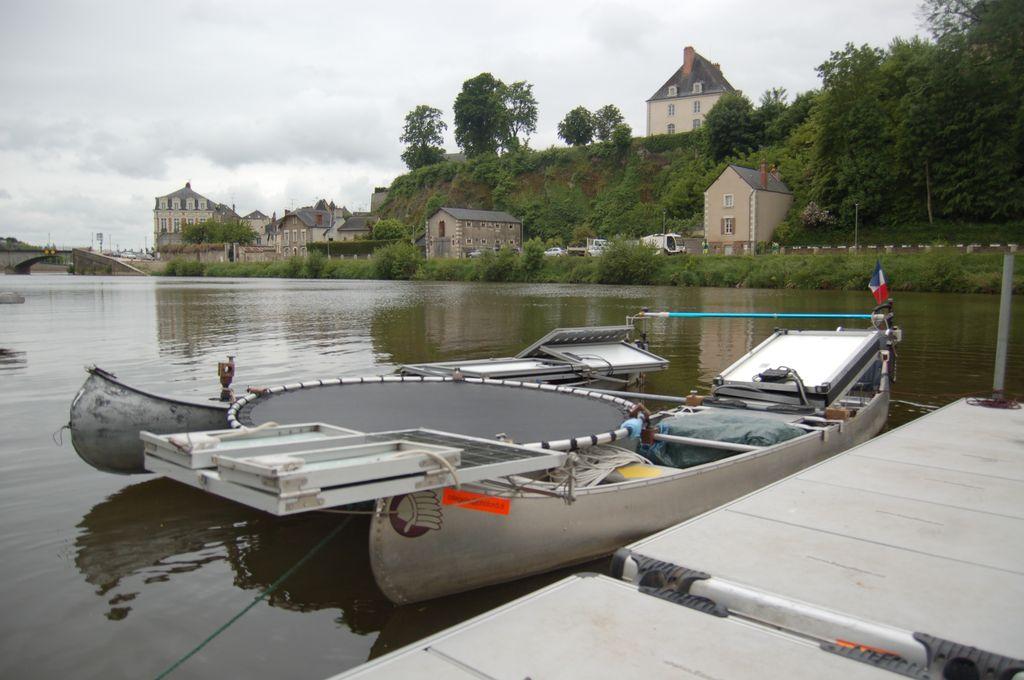 Le mini-catamaran électro-solaire de Christian de Gellis au Festival de Loire