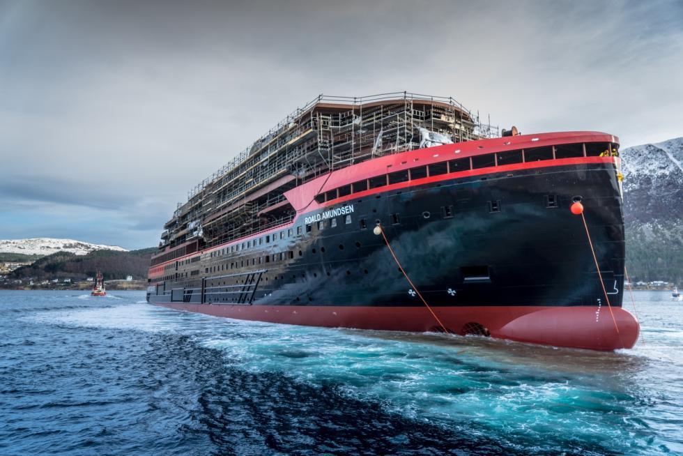 Roald Amundsen : Hurtigruten met à flot son nouveau navire hybride