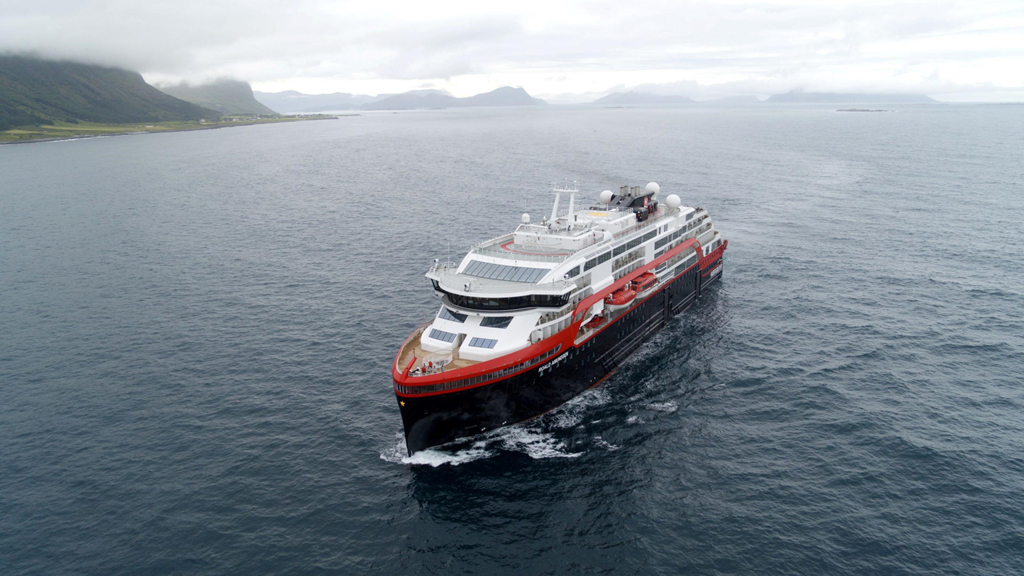 Norvège : le premier navire hybride d'Hurtigruten entame son voyage inaugural