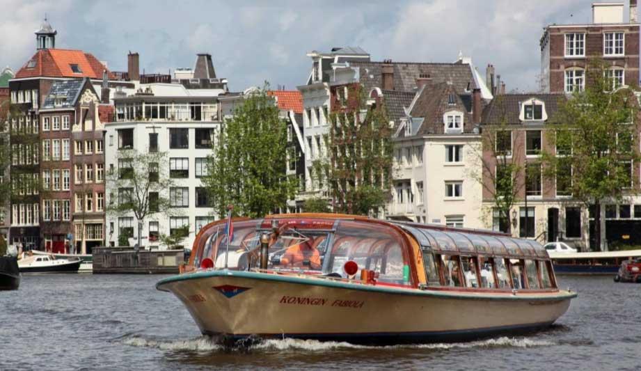 A Amsterdam, le bateau entame sa transition vers l'électrique