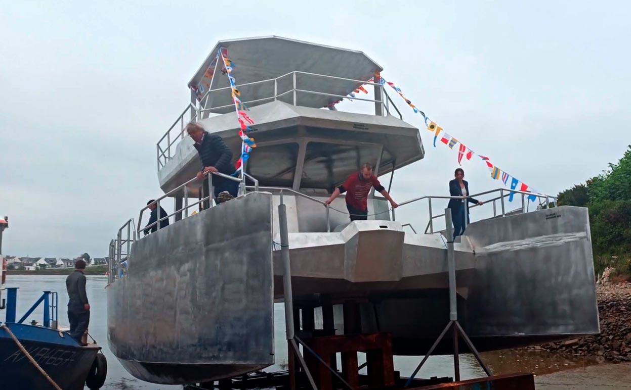 Première mise à l'eau pour le futur catamaran électrique du Yacht Club de Monaco