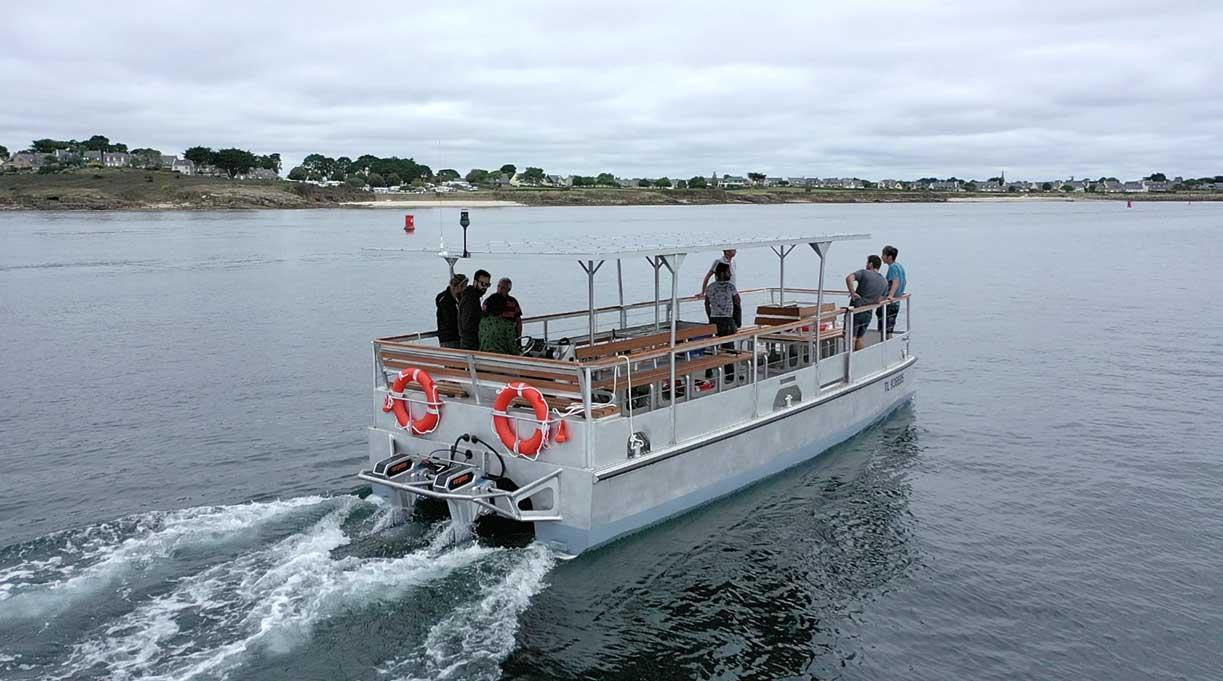 Naviwatt met à l'eau son catamaran électro-solaire à Arzon